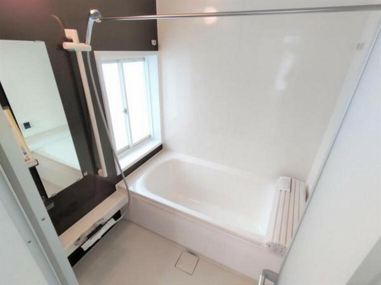 【リフォーム済】浴室はハウステック製の新品のユニットバスに交換いたしました。浴槽には滑り止めの凹凸があり、床は濡れた状態でも滑りにくい加工がされている安心設計です。