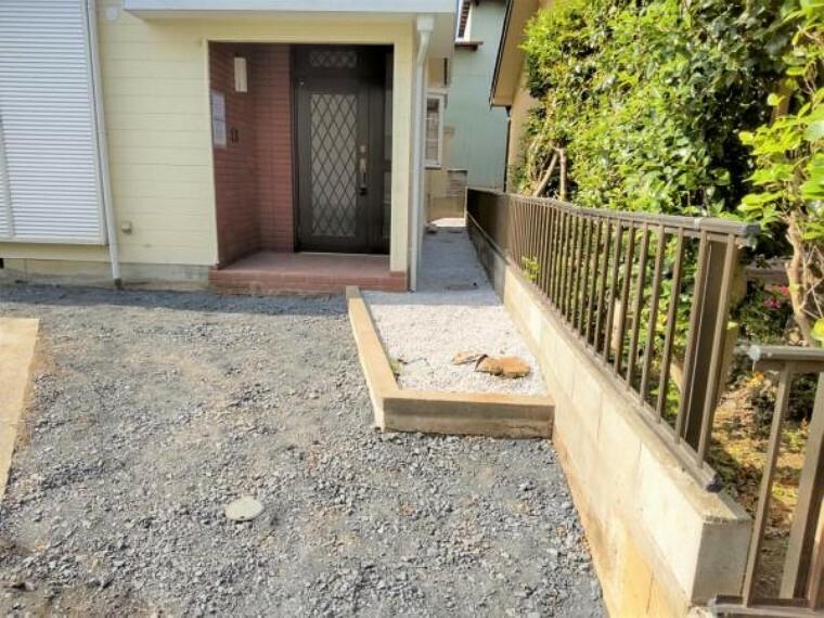 【リフォーム済】玄関の写真です。玄関ドアは、クリーニング・カギ交換いたします。防犯面でも安心ですね。