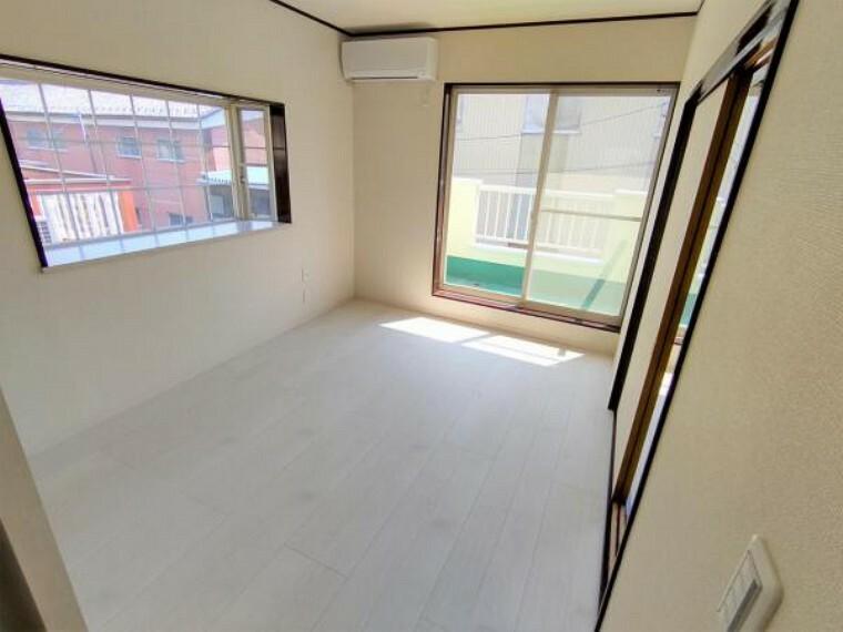 【リフォーム済】2階南東側洋室の写真です。南向きなので暖かな光が差し込みます。バルコニーに面した窓もあり風通しもよさそうですね。