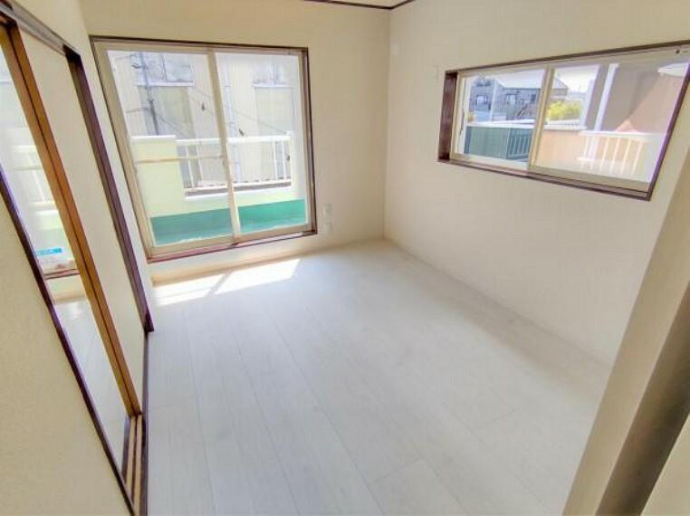 【リフォーム済】2階南西洋室の写真です。2階居室は各部屋に収納がございます。バルコニーは南向きなので、お洗濯物もすぐに乾きそうですね。