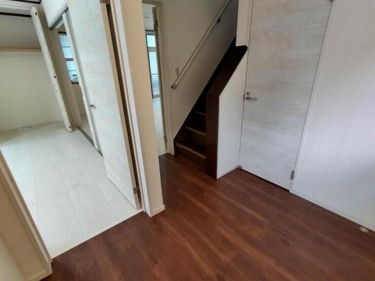 【リフォーム済】1階玄関ホールの写真です。左手にはリビング、右手にはトイレがございます。広々とした玄関ホールなので、開放的に感じていただけます。