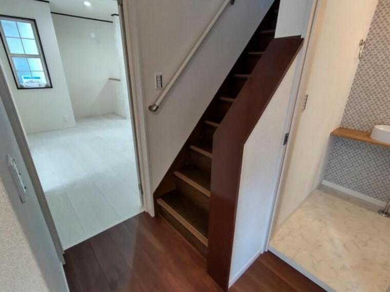 【リフォーム済】階段は、手すりとノンスリップを新設いたしました。安全に上り下りできるようにいたしました。