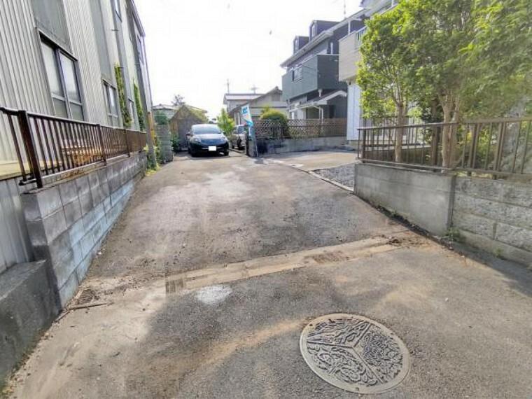 【リフォーム済】前面道路です。おうちの南側に面しており、日当たりが良好です。交通量が少なく、お洗濯物を干す際も人目が気になりませんね。