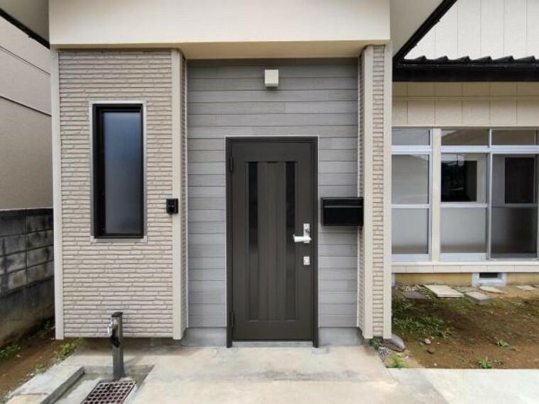 現況写真 【リフォーム済】玄関ドアは新しく入れ替えました。