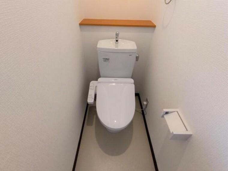 トイレ 【リフォーム済】トイレはTOTO製の温水洗浄機能付きに新品交換しました。表面は凹凸がないため汚れが付きにくく、継ぎ目のない形状でお手入れが簡単です。節水機能付きなのでお財布にも優しいですね。
