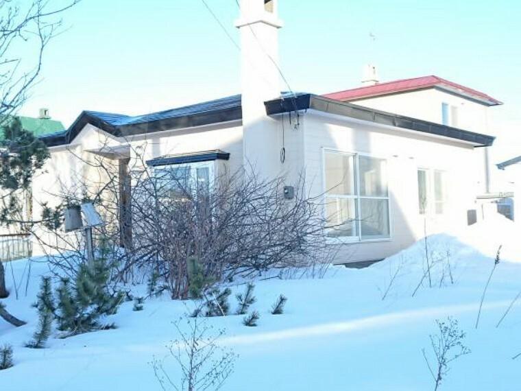 外観写真 【外観】屋根、外壁塗装仕上しました。春になりますが、庭木撤去して、駐車スペース拡張工事の砕石転圧仕上げにします。
