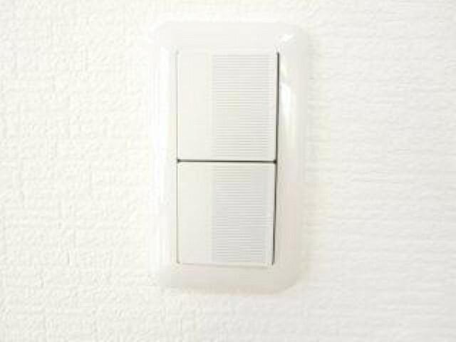 【同仕様写真】住宅の照明スイッチはワイドタイプに新品交換予定です。スイッチ部分が広く、軽い力で押せるので小さいお子様やお年を召した方でも押しやすいデザインです。