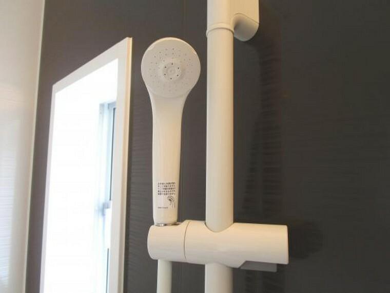 【同仕様写真】新品のユニットバスのシャワーヘッドは、スライドバーで高さ調整が自在に出来ますので、簡単に自分好みに合わせられます。