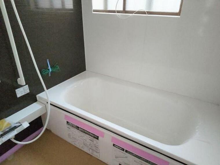 浴室 【リフォーム中写真】【同仕様写真】浴室はハウステック製の新品のユニットバスに交換します。足を伸ばせる1坪サイズの広々とした浴槽で、1日の疲れをゆっくり癒すことができますよ。
