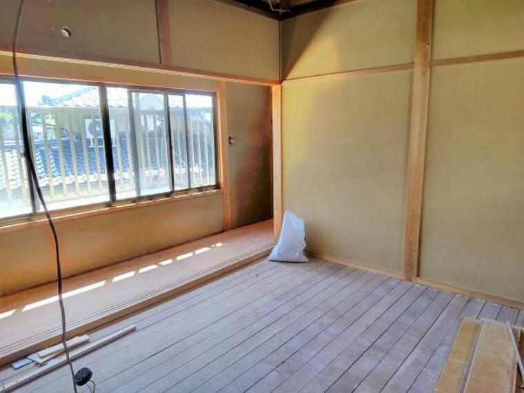 浴室 【リフォーム中写真】2階和室のリフォーム中写真です。クロスを張替え、畳の表替えを行います。イグサの香り感じながらまったり過ごされてみてはいかがでしょうか。