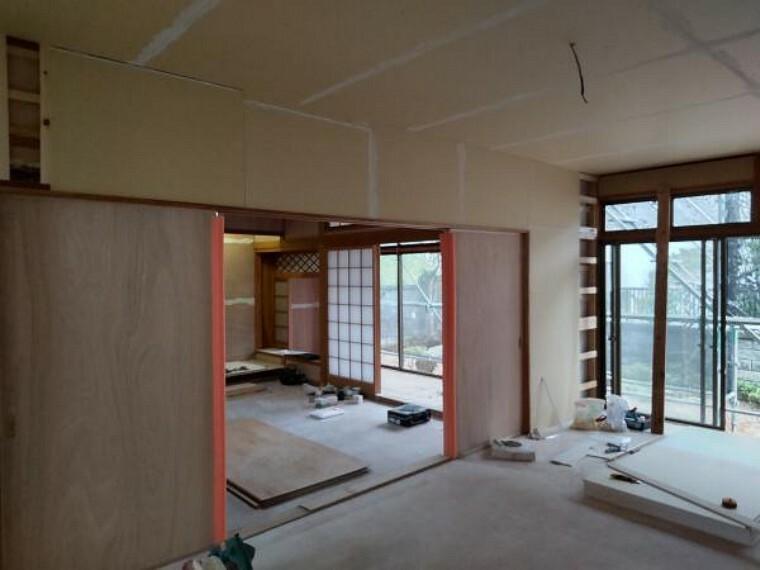 居間・リビング 【リフォーム中写真】リフォーム中のリビング写真です。元々続き間だった和室を洋室と和室に変更しリビングの一部にする予定です。ウッドタイルに張替えクロスも張り替えます。完成が楽しみですね。