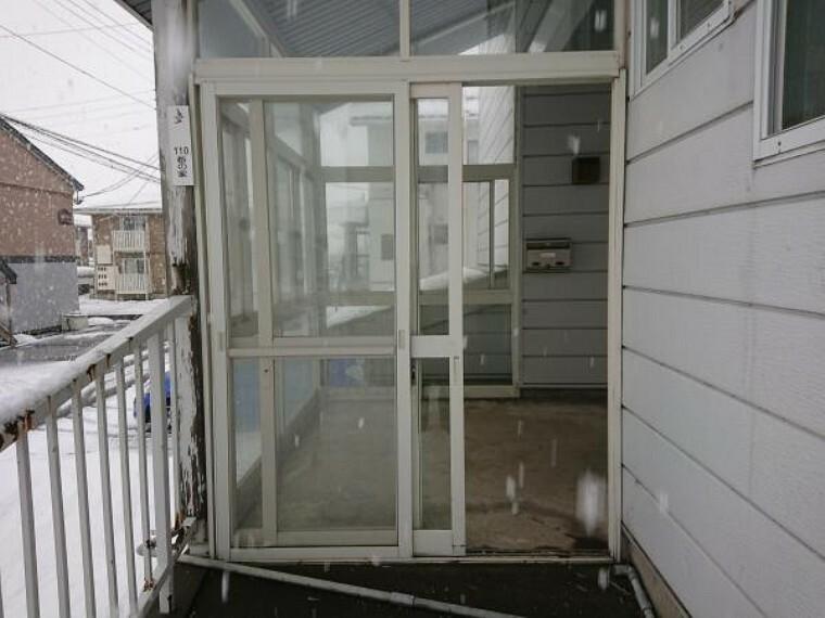 【リフォーム中写真】風除室の写真です。鍵の交換調整クリーニングを行います。雨風や雪の日にあると安心です。