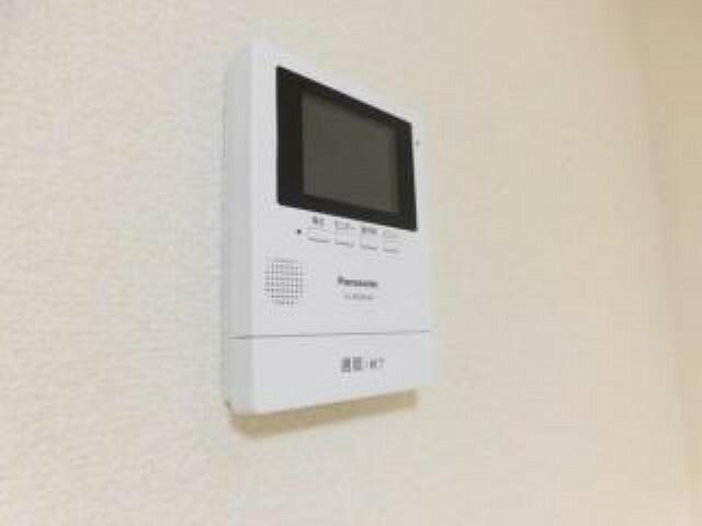 防犯設備 【同仕様写真】新しく設置するドアホンはカラーモニター付き。リビングに設置のモニターで玄関にいらしたお客様を確認してから応対できます。留守中の来客も記録できるので防犯面でも安心ですね。