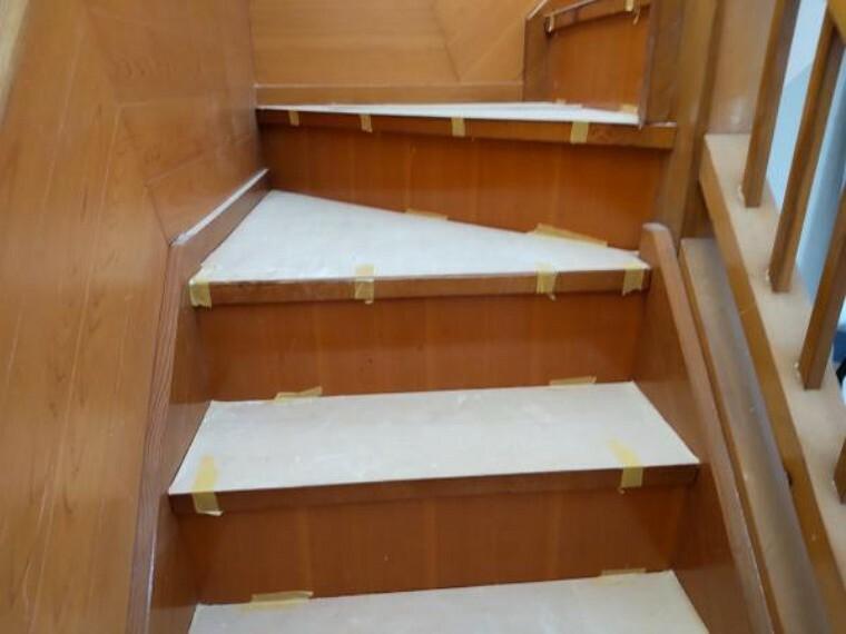 【リフォーム中写真】階段の写真です。手すりの設置床のクリーニング。壁天井クロスの張替えを行います。毎日使う場所なのできれいにリフォームします。