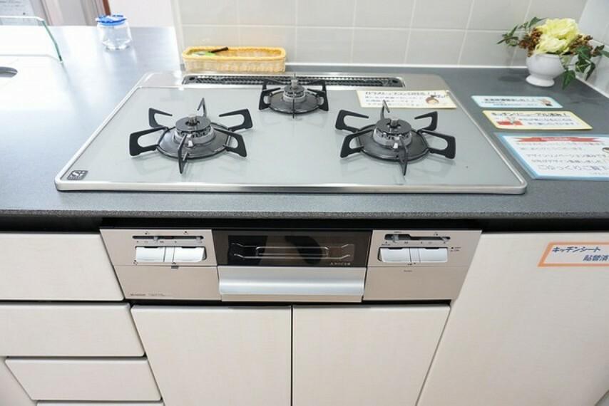 キッチン 3種類の料理が同時に調理できる、3口ガスコンロ。忙しい夕食の支度時間が短縮できて嬉しいですね。新品に交換済みです^^