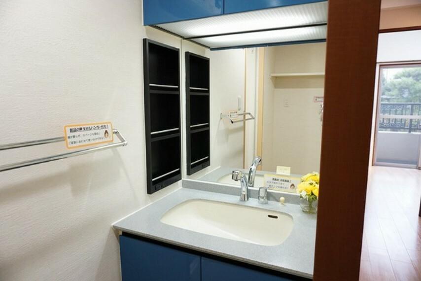洗面化粧台 大型ミラーの洗面台です。水栓交換、Wタオルハンガー新品に交換済みです^^