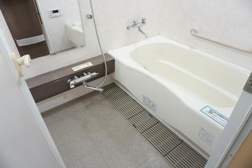 浴室 1日の疲れを癒すくつろぎのバスルーム。足を伸ばしてもゆったりと入れるサイズですね。