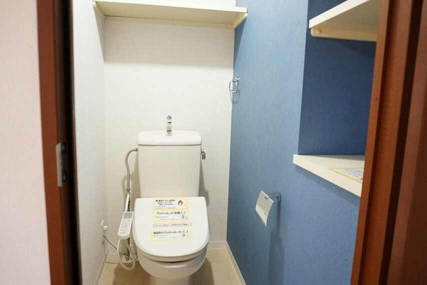 トイレ ウォシュレット付トイレです。ウォシュレット・ペーパーホルダー・タオルリング新品に交換済みです^^