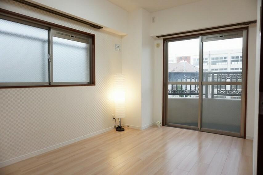 寝室 住む人のこだわりを活かす洋室。デザインクロスがおしゃれですね^^