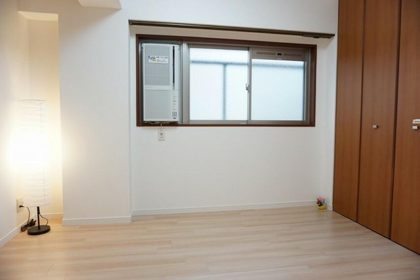 寝室 約5帖の洋室は、ウインドエアコン新品付き^^全居室にクローゼット設置してます。