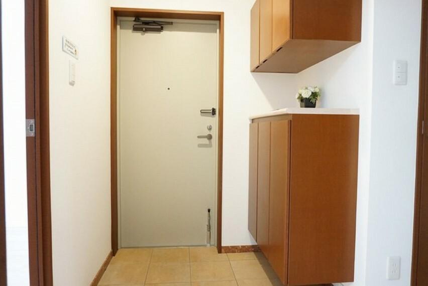 玄関 たっぷり収納できるシューズボックスです。棚の上にお花や写真を飾っても良いですね。