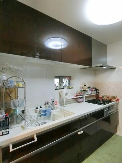 キッチン 食器洗い乾燥機付きのシステムキッチン。家事の時短にも繋がります。小窓も付いてますので、換気が出来て嬉しいですね!