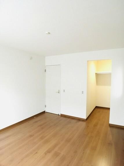 洋室 バルコニーに出られる7.6帖洋室。 センチュリー21いちにし不動産【一年中休まず営業中】は、 お客様の住まいへの想いをかなえるお手伝いをさせていただきます。