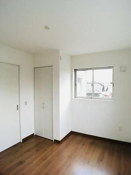 洋室 二面採光で明るい5.2帖の洋室。 センチュリー21いちにし不動産【一年中休まず営業中】は、 お客様の住まいへの想いをかなえるお手伝いをさせていただきます。