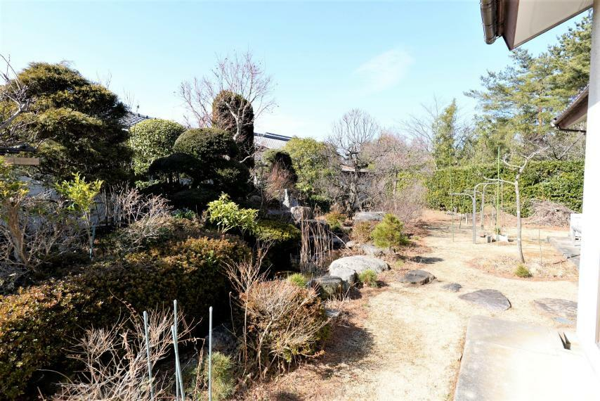 庭 リビングから居室から見渡せ、四季を感じることができます。