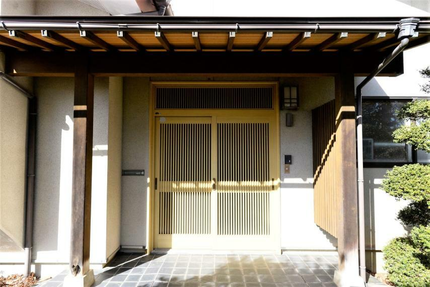 玄関 和風モダンの玄関ポーチ。格子戸なので屋内に暖かい光が差し込みます。