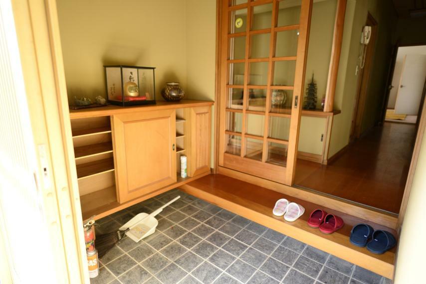 玄関 小縁つきの広々とした玄関。背の低めの玄関収納は上部空間を使ってディスプレイも楽しめます