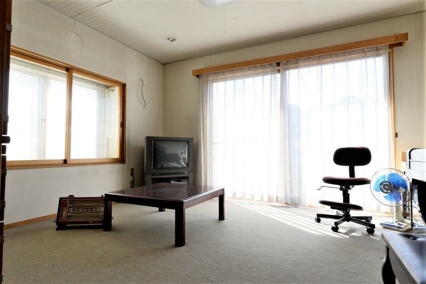 居間・リビング 出窓つきの2面採光で明るいリビング