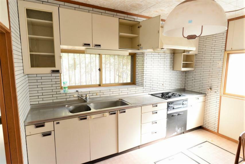 キッチン ゆとりあるトップスペースや3口コンロなどお料理がしやすいキッチン。収納も充実!