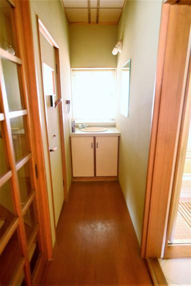 洗面化粧台 1階廊下にも洗面スペースを完備