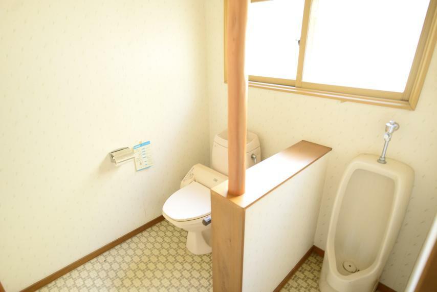 トイレ 小窓があり明るく通気性のあるトイレ。男性用と洋式を備えています。