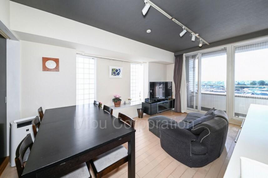 居間・リビング 南・西と開口部も大きくとれており、日当たりも良い空間になっております。
