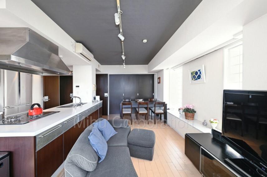 居間・リビング ダイニングテーブルやソファーなど家具の配置もしやすい間取りです。