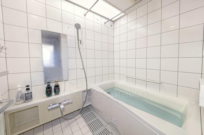 浴室 一日の疲れをいやす広いバスルームです。