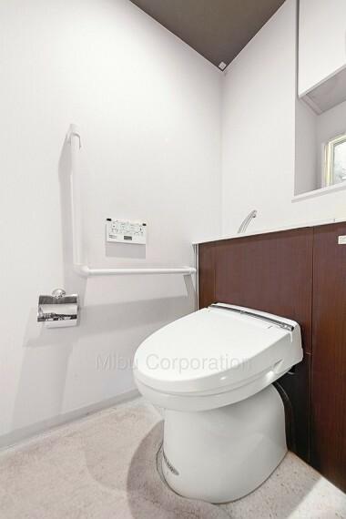 トイレ 白を基調とした清潔感のあるトイレです。