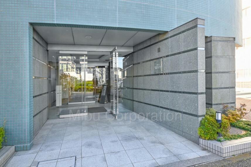 エントランスホール 石張りの重厚感のあるエントランス入口です。