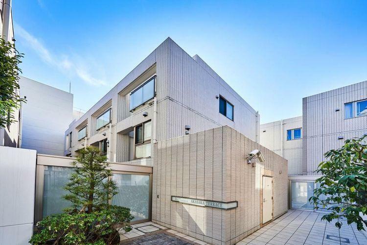 外観写真 赤坂エリアの瀟洒な住宅街に佇むマンション。全住戸、メゾネットスタイルの間取りを採用して、戸建感覚で住める設計です。