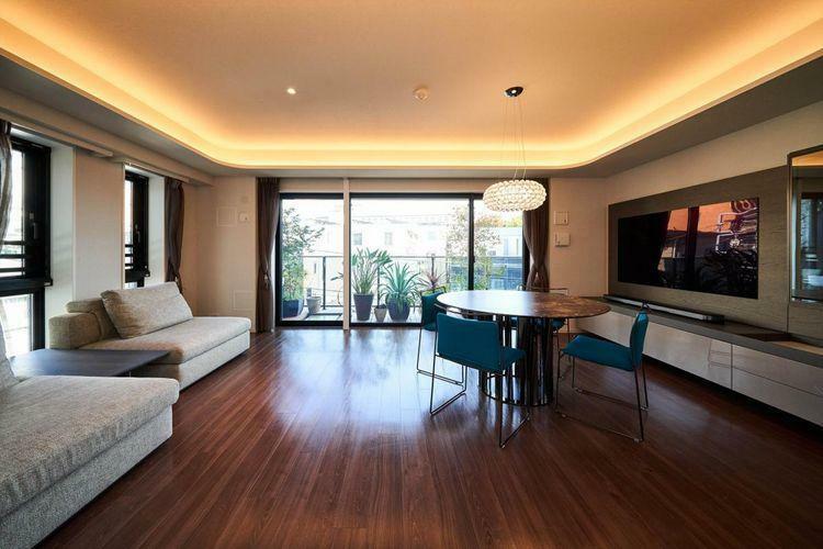 居間・リビング Living Dining  リビングダイニングは広々とした20帖を超える空間にリフォーム。間接照明をつけることにより、広々とした空間を造りました。