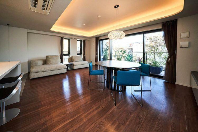 居間・リビング Living Dining  リフォームを施したリビングダイニングには高級家具を。ダイニングテーブルセットは、Cassina、カウンターチェアは、LAPALMA、照明はFOSCARINIです。