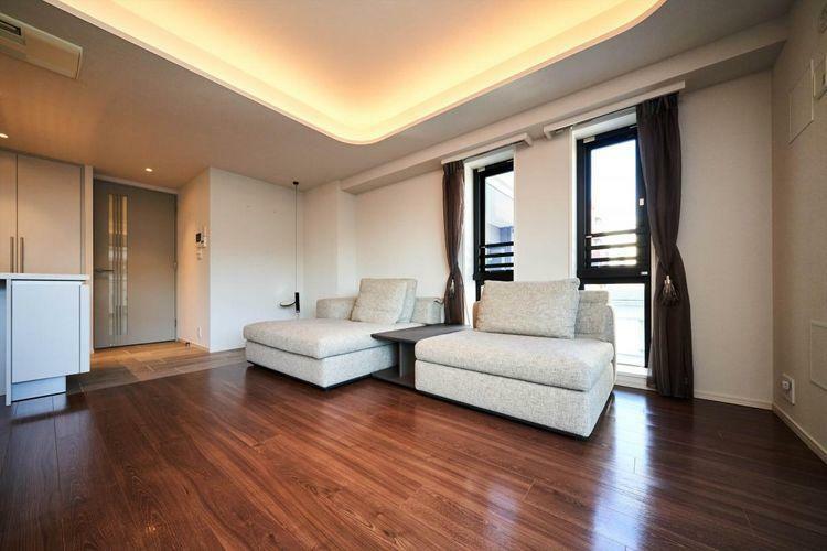 居間・リビング Living Dining  Molteniのゆったりとしたソファで寛ぐことができるリビング。角部屋の為、バルコニーと滑り出し窓があり、風通しの良いお部屋です。