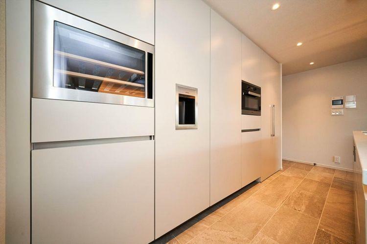 キッチン Kitchen  壁と一体化するSiematic製冷蔵庫とワインセラー。まるで海外にいるかのようなキッチンは毎日のお料理をより快適にお楽しみいただけます。