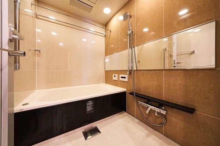 浴室 Bath Room  浴室暖房乾燥機やミュージックリモコンを搭載。大型ユニットバスを採用。人にやさしい低床タイプで、快適なバスタイムがお楽しみいただけます。