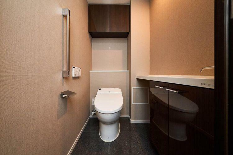 トイレ Rest Room  広がりのある空間を演出するタンクレストイレを採用。温水シャワーが快適に使え、着座センサーによりノンタッチで便器の自動洗浄も行う先進の機能付きです。