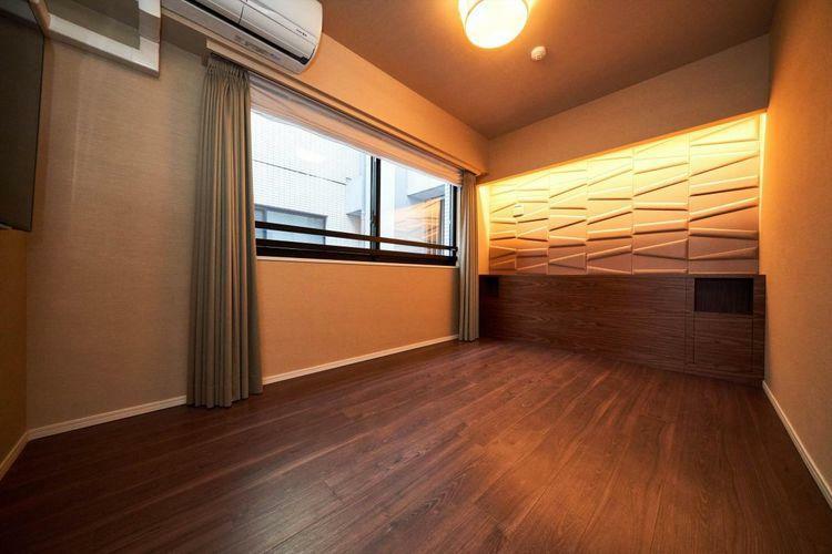Bed Room  落ち着いた雰囲気の主寝室。アウトフレーム設計の為、室内に柱が無く、家具の配置がしやくなっております。備え付けの壁掛けTVボードも設置されており、シンプル且つモダンな空間です。