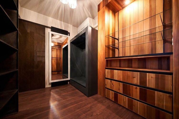 寝室 Bed Room  大容量の収納付きの居室。家具の取り外しも可能です。(※費用要相談)