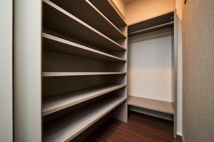 収納 Shoes in Closet  玄関を入ってすぐの奥行きのあるSIC。靴やスーツケースを収納でき、扉部分にも大きな鏡を設置しております。
